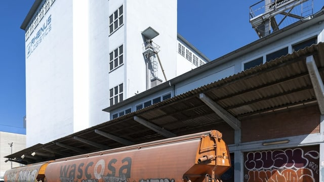 Die Laderampe vor dem Silo 2 der Firma Rhenus Logistics mit dem Pflichtlager für Getreide in Basel.