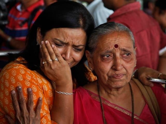 Eine Inderin weint.
