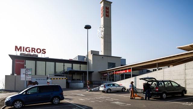 Blick von aussen auf das Shopping-Center in Langendorf