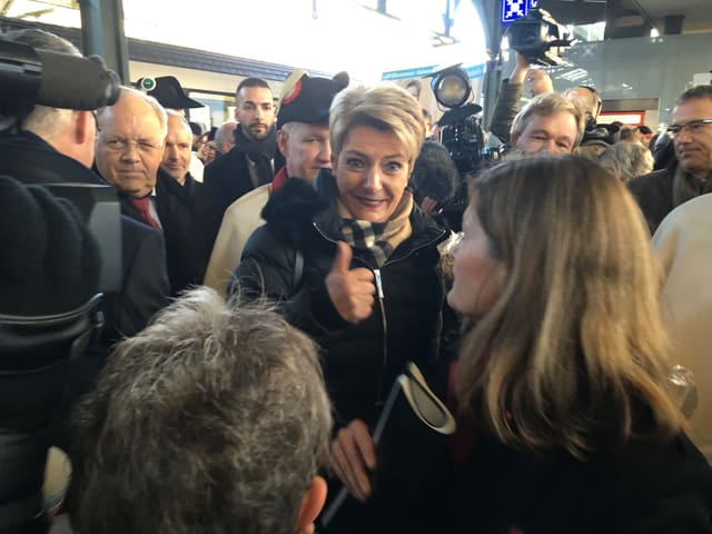 Karin Keller-Sutter beim Empfang in der Menschenmasse in St. Gallen