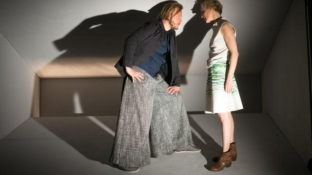 Ein Mann und eine Frau in einem engen weissen Raum