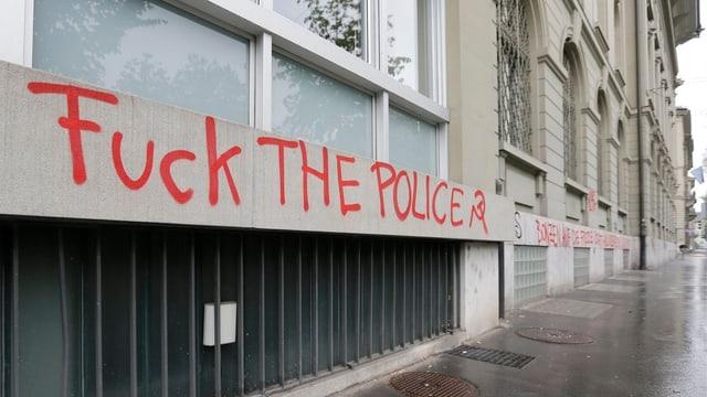 """Mit """"Fuck the Police"""" besprayte Häuserwand an der Bundesgasse in Bern."""