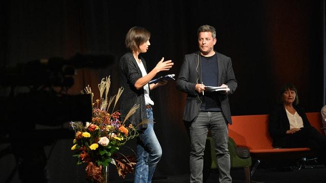 Silvana Derungs e Claudio Spescha durant la preschentaziun da la Litteratura 38