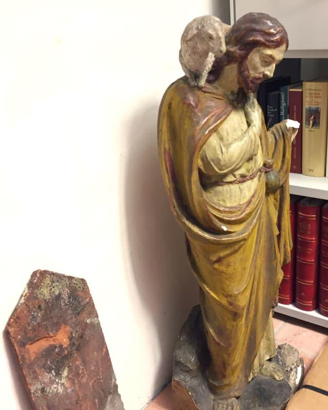 Figur, die Jesus als guten Hirten zeigt.