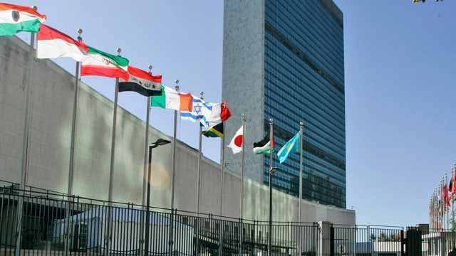 Flaggen vor UNO-Hauptgebäude in New York
