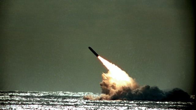 Rakete kurz nach dem Start über dem Meeresspiegel.