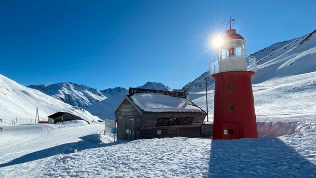 Viel Schnee und stahlblauer Himmel am Oberalppass.