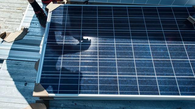 Arbeiter installiert ein Solar-Panel