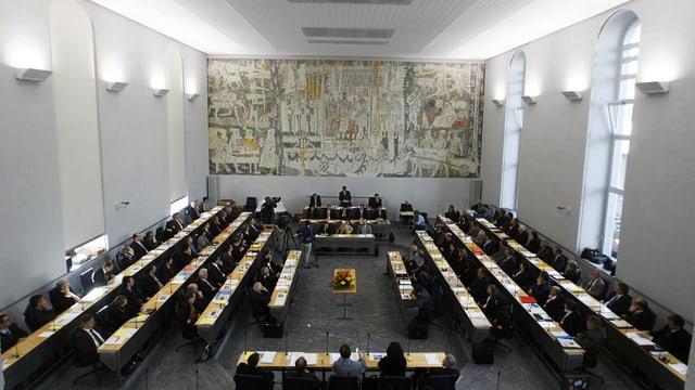 Der Grossratssaal in Chur mit den Politikern auf ihren Sitzen