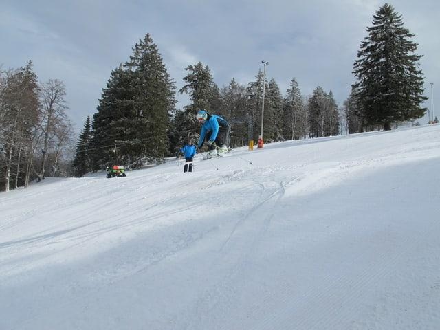 Ein Skifahrer macht einen kleinen Sprung