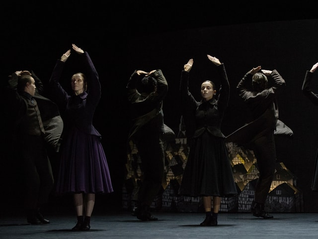 Tänzerinnen in langen schweren Röcken und Vesten.