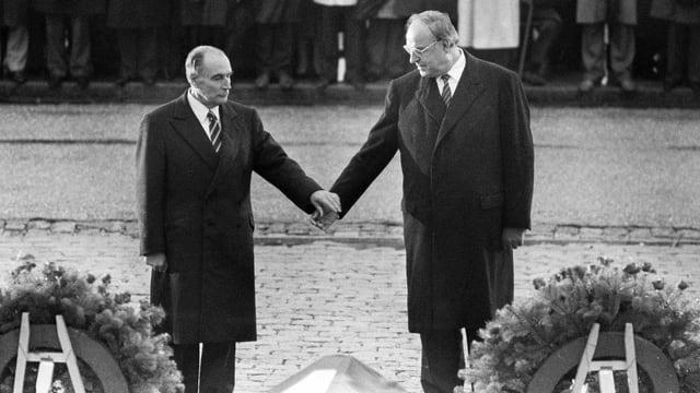 Geste für die Geschichtsbücher: Helmut Kohl und François Mitterrand gedenken in Verdun der Opfer der Weltkriege.