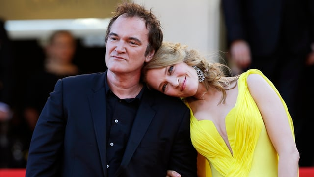 Quentin Tarantino posiert mit Uma Thurman auf dem roten Teppich.