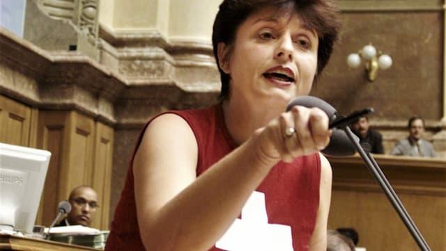 Nationalrätin Anita Fetz setzt mit ihrem T-Shirt während der Debatte zum Uno-Beitritt ein politisches Statement.
