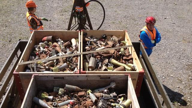Behälter mit Schrott von Munition