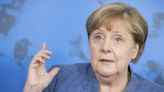 Angela Merkel gestikuliert mit einer Hand.