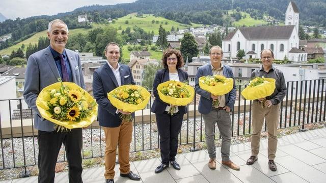 Stadtrat mit Blumensträussen