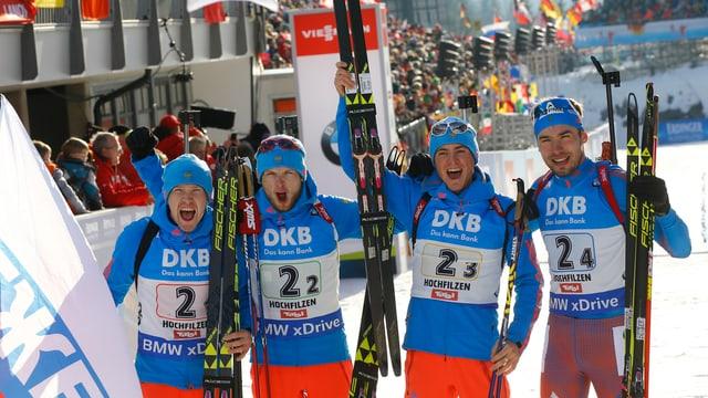 Das russische Quartett freut sich über WM-Gold in der Staffel.