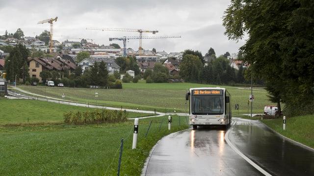 Bus fährt auf einer Hauptstrasse bei Oberwil-Lieli im Regen.