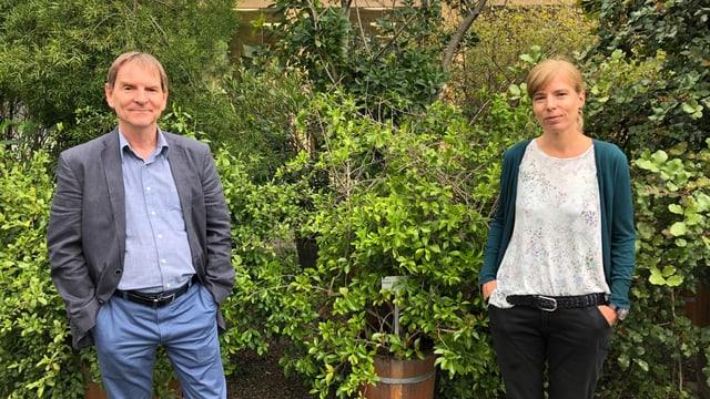 Stadtrat Peter Jans, Chef der Technischen Betriebe und Karin Hungerbühler, Leiterin der städtischen Dienststelle Umwelt und Energie – mit Corona-Abstand – im Botanischen Garten St. Gallen.