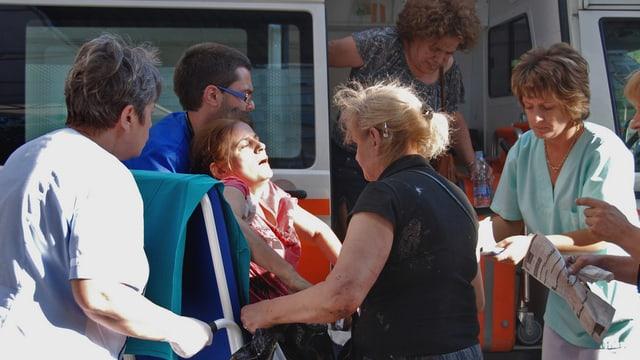 Eine Verletzte wird zur Ambulanz gebracht