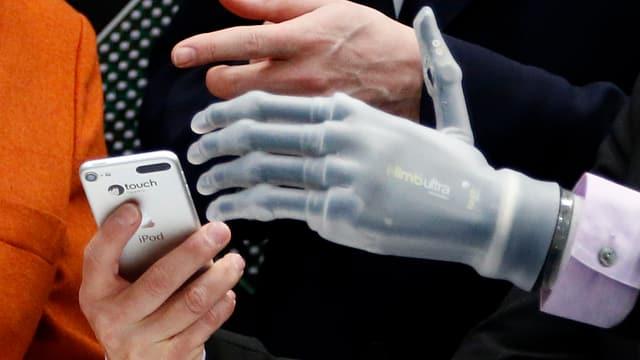 Eine bionische Hand.