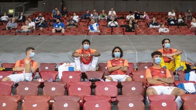 Giugaders da GC en il stadion durant in gieu da ballape.