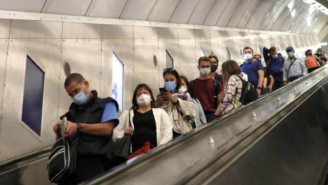 Menschen mit Masken in der Metro in Prag.