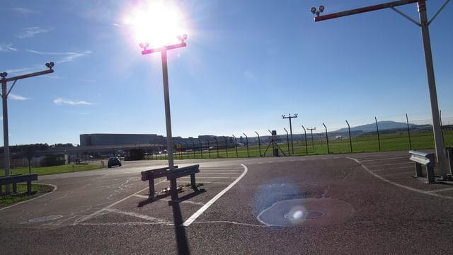 Strassenkreuzung, im Hintergrund Landepiste