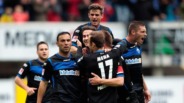 Die Spieler des SC Paderborn bejubeln auf dem Platz einen Treffer gegen Aalen.
