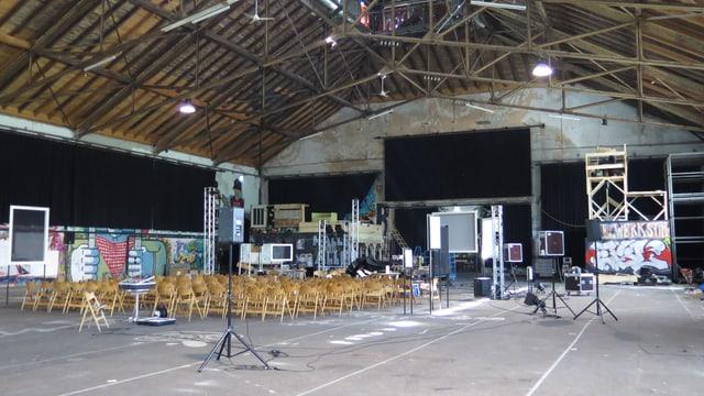 Blick in die grosse Halle, wo für eine Veranstaltung vorbereitet wird.