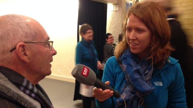 Redaktorin Christiane Büchli mit Mikrofon.
