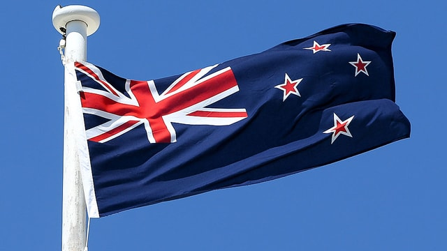 Symbolbild: Neuseeländische Flagge flattert an einem Fahnenmast.