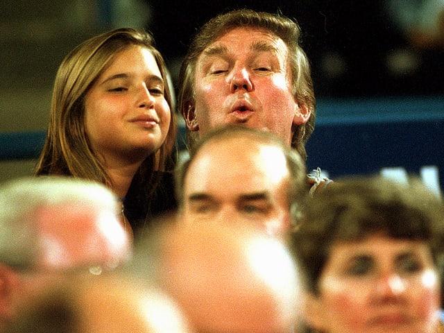 Die 13-Jährige Ivanka Trump auf dem Arm ihres Vaters Donald Trump an einem Tennis-Match an den US-Open im September 1994.