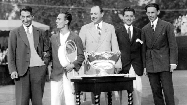 Das französische Davis-Cup Team von 1932 mit Rene Lacoste, Henri Cochet, Pierre Gillou (Captain), Jacques Brugnon und Jean Borotra.