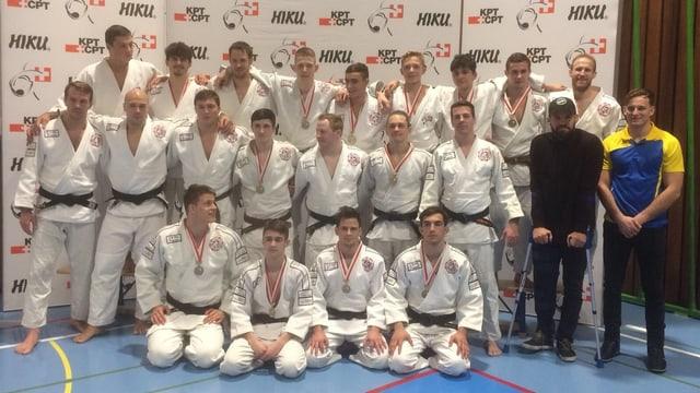 Die Mannschaft des Judoteams Brugg posiert mit der Bronzemedaille für ein Gruppenfoto