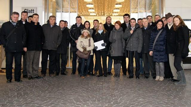 Die 18 Gäste aus Bosnien-Herzegowina vor dem Glattzentrum.