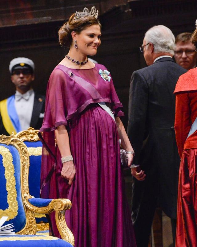 Prinzessin Victoria in einem purpurnen Kleid.