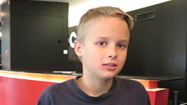 Ein Junge in einem dunkelblauen T-Shirt