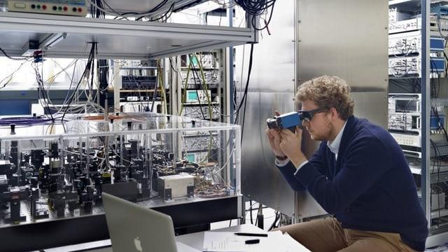 Ein Mitarbeiter des Instituts Metas schaut auf die Atomuhr.
