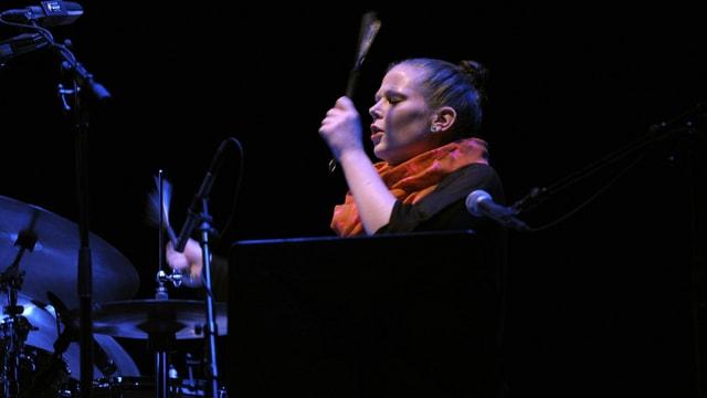 eine Frau auf einer Bühne am Schlagzeug