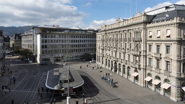 Vogelperspektive Paradeplatz. Tramhaltestelle, zwei grosse Gebäude