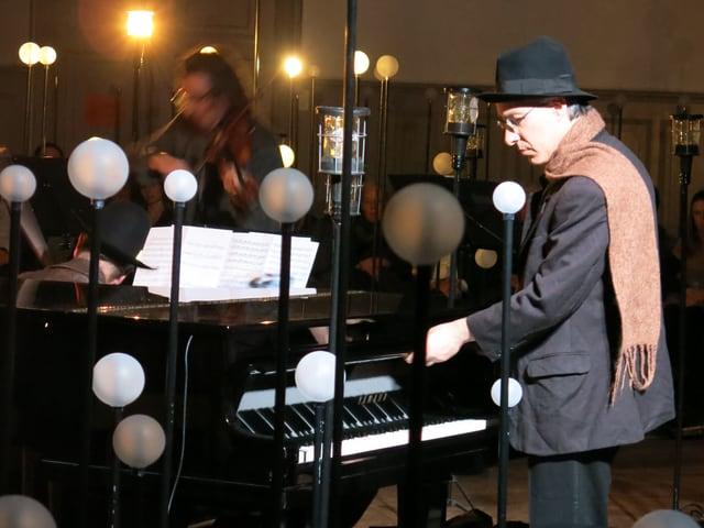 Ein Mann öffnet die Klaviatur eines Klaviers.