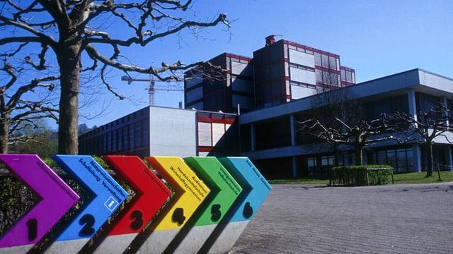 Gebäude und Eingangstafeln der Kantonsschule Zug