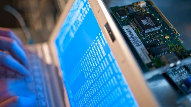 Computer cun cifras - duai simbolisar in cybercriminal
