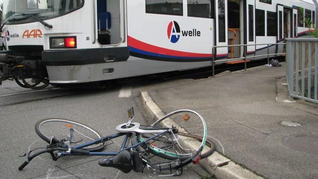 Unfallstelle in Suhr, mit einem Fahrrad das mit einem verbogenen Hinterrad am Boden liegt, im Hintergrund die Wynental-Suhrentalbahn.