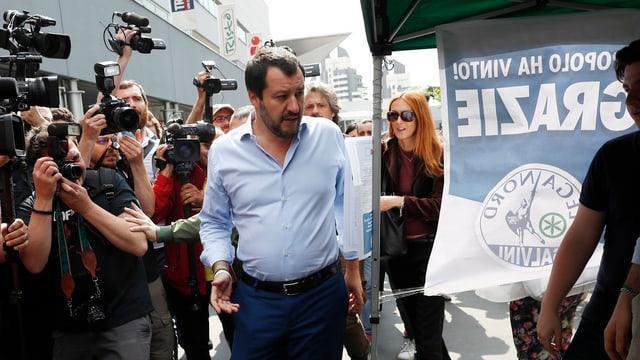 Salvini vor Fotografen