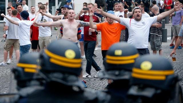 Französische Sicherheitskräfte stehen englischen Fans gegenüber.