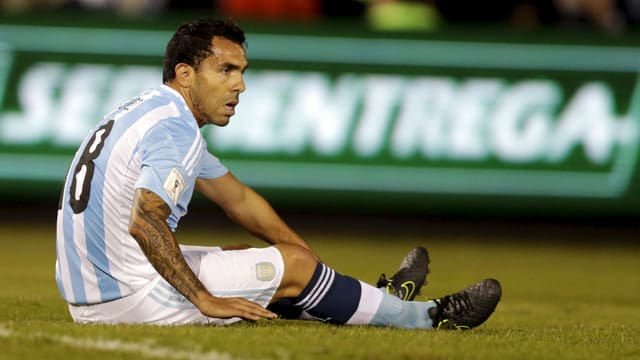 Carlos Tevez sitzt auf dem Feld