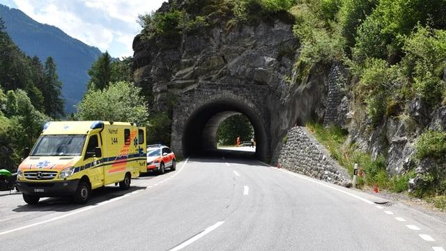 La motociclista è charrada dretg da quest mir si e crudada curt avant il tunnel 3 meters sin via.